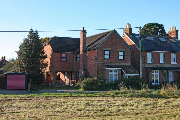 3 Bedrooms Detached House for sale in Wainsford Road, Pennington, Lymington SO41