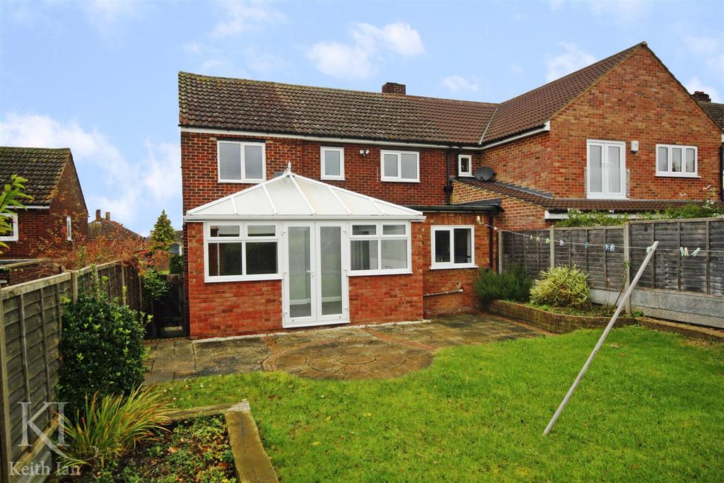 4 Bedrooms Semi Detached House for sale in Backing onto fields, Cozens Road, Ware