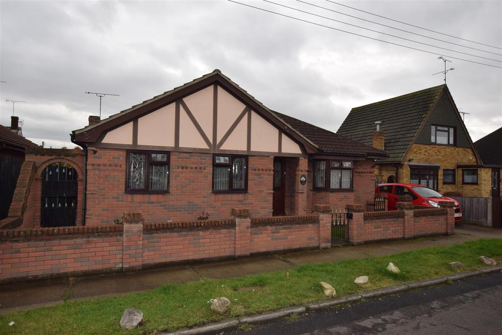 4 Bedrooms Detached Bungalow for sale in Metz Avenue, Canvey Island