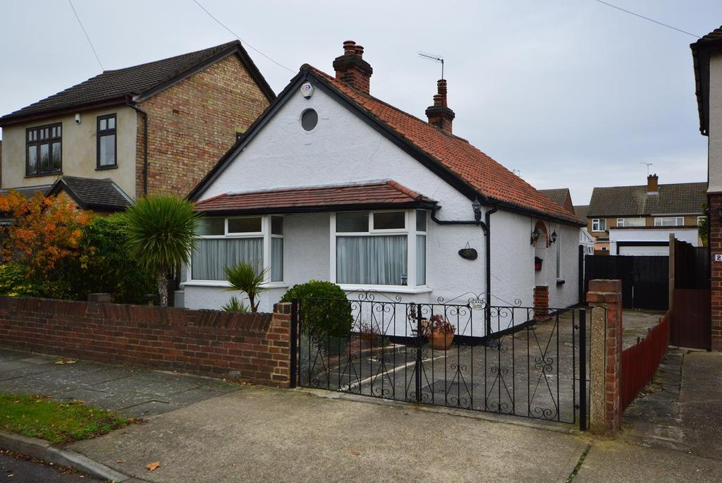 2 Bedrooms Detached Bungalow for sale in Forest Road, Romford, RM7