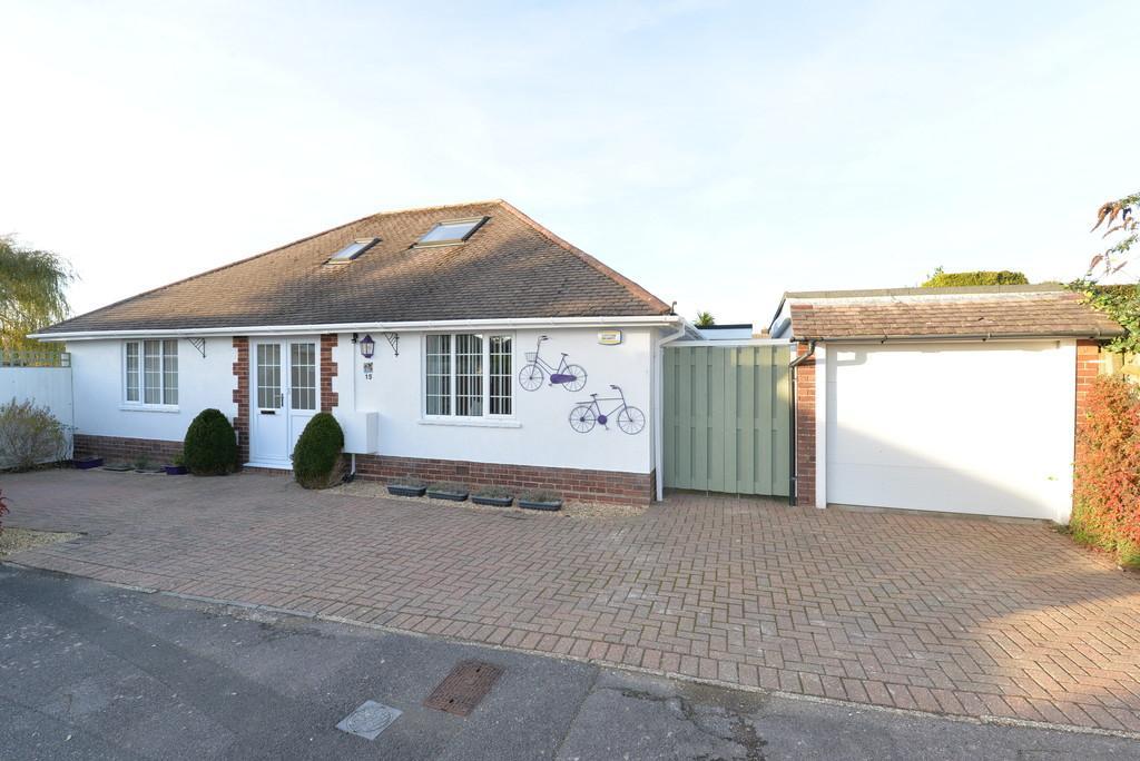 3 Bedrooms Detached Bungalow for sale in Heathwood Avenue, Barton On Sea, New Milton