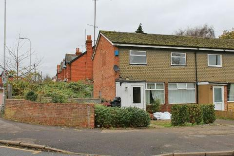 3 bedroom end of terrace house for sale - Hexham Road, Reading