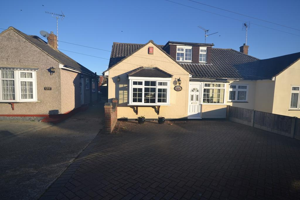 4 Bedrooms Chalet House for sale in Digby Road, Corringham, Stanford-le-Hope, SS17