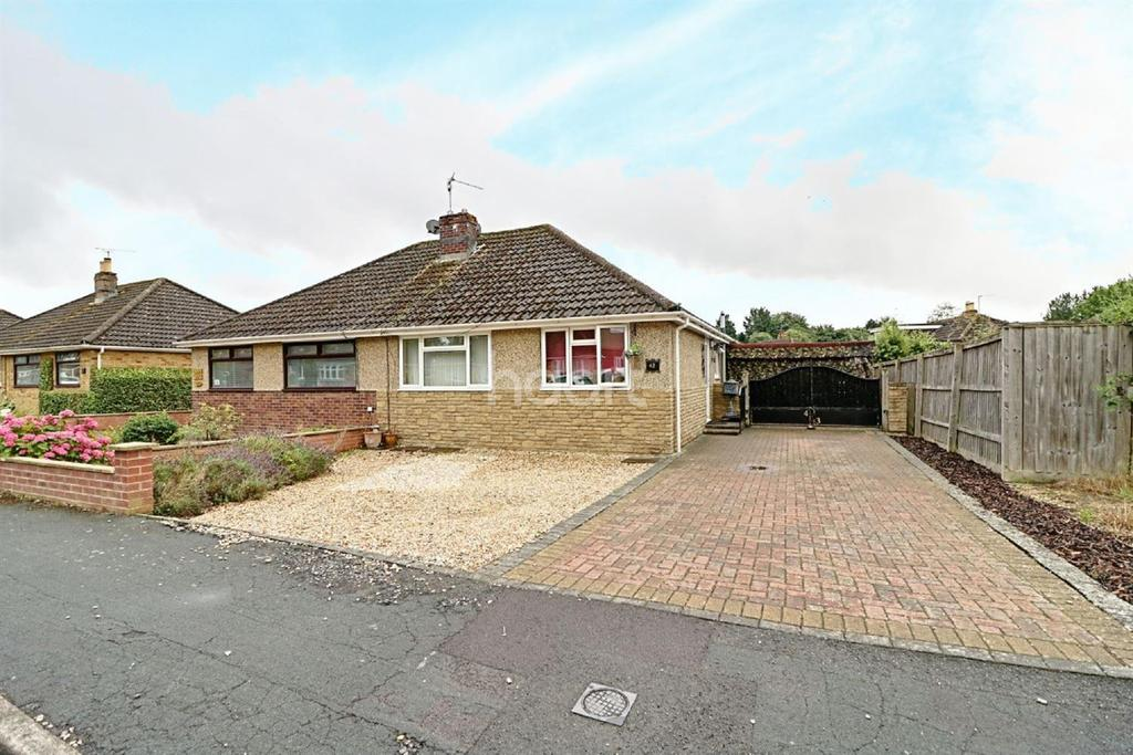 3 Bedrooms Bungalow for sale in Sunningdale Road, Swindon, Wiltshire