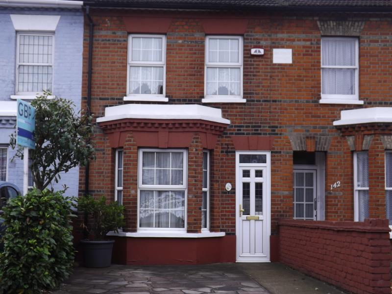 3 Bedrooms Terraced House for rent in Victoria Road, Romford, Essex, RM1 2NX