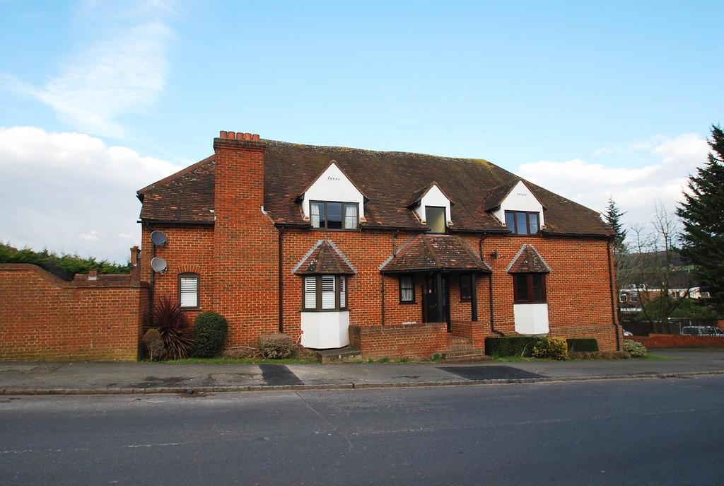2 Bedrooms Flat for sale in Tudor Mill, Red Lion Way, Wooburn Green, HP10