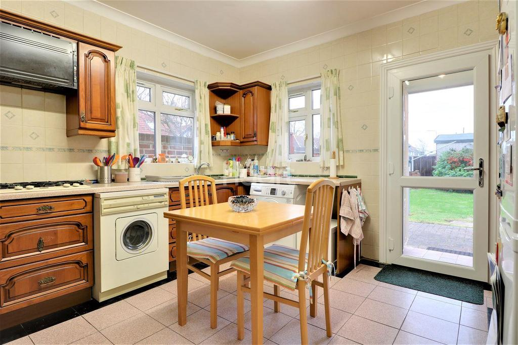 2 Bedrooms Bungalow for sale in Beddington Road, Seven Kings, Essex