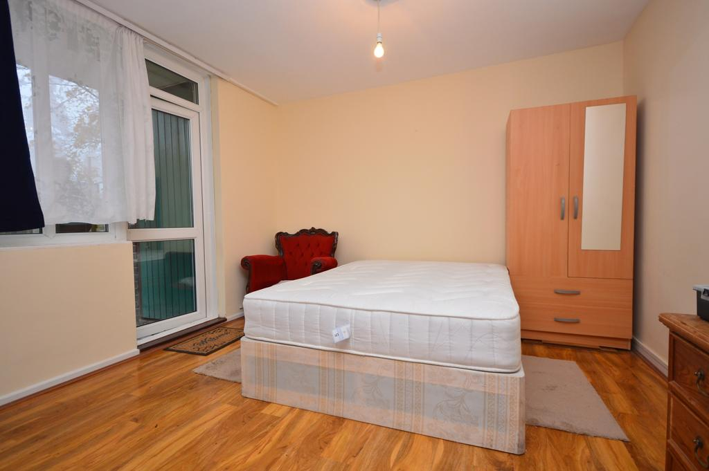 3 Bedrooms Flat for rent in Laxley Close London SE5