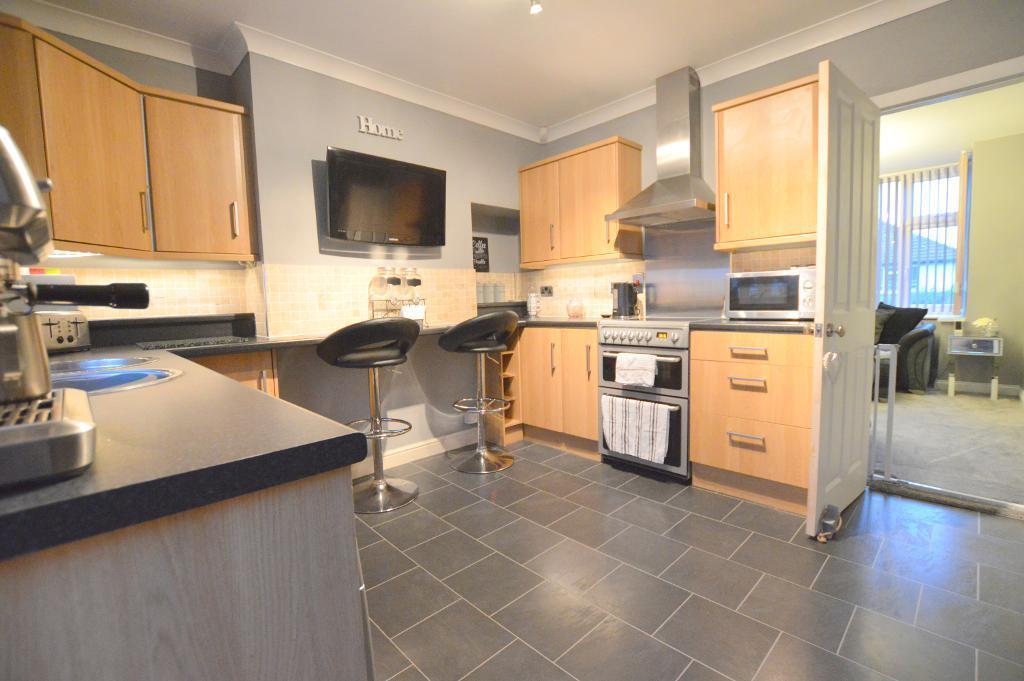 2 Bedrooms Semi Detached House for sale in Pomfret Avenue, Round Green, Luton, LU2 0JJ