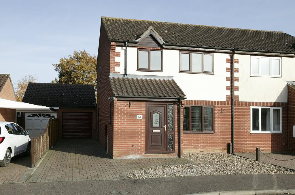 3 Bedrooms Semi Detached House for sale in Edenside Drive, Attleborough