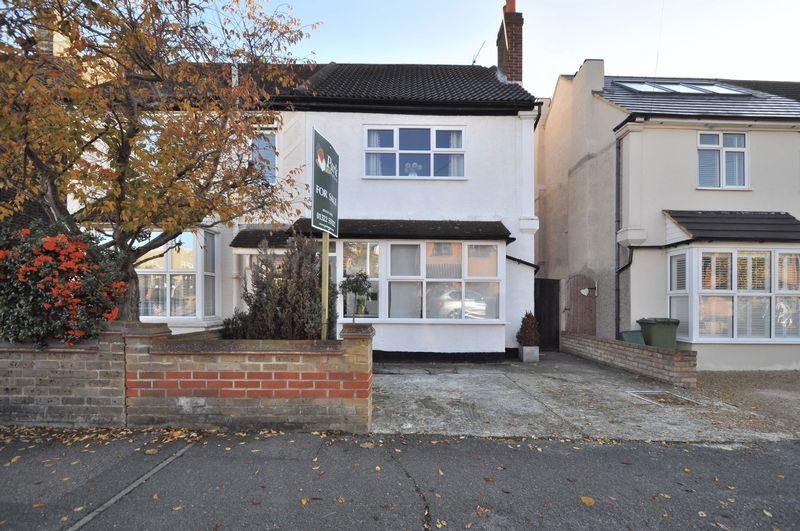 3 Bedrooms Semi Detached House for sale in Salisbury Road, Bexley Village