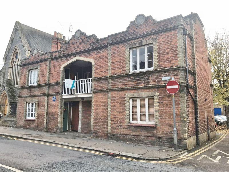2 Bedrooms Maisonette Flat for sale in Cowbridge, Hertford - With Parking