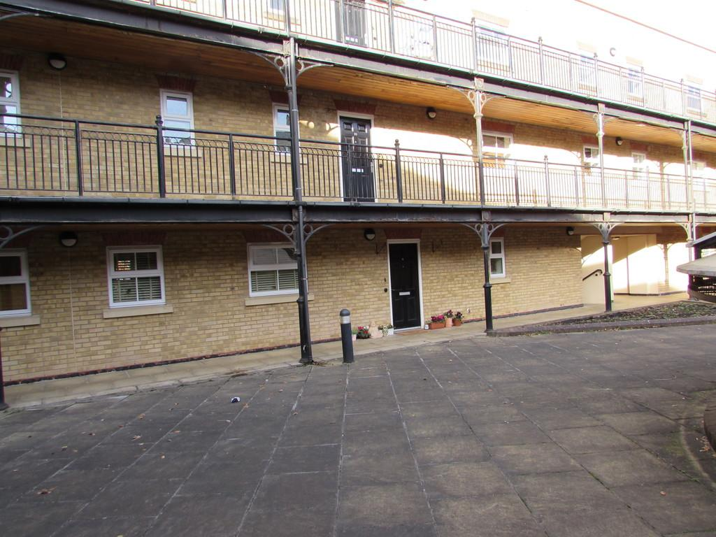 2 Bedrooms Apartment Flat for sale in Dickens Heath Road, Shirley