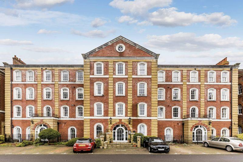 2 Bedrooms Apartment Flat for sale in Royal Gate, Southsea