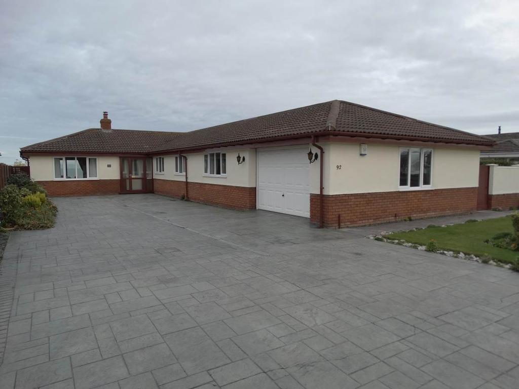 4 Bedrooms Detached Bungalow for sale in 92 Penrhyn Beach East, Penrhyn Bay, LL30 3RW