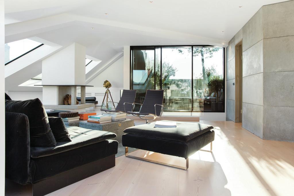 3 Bedrooms Flat for sale in Battersea Bridge Road, SW11
