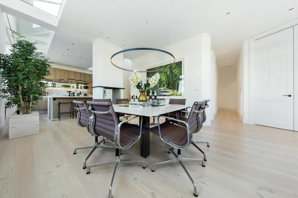 3 Bedrooms Flat for sale in Battersea Bridge Road, SW11