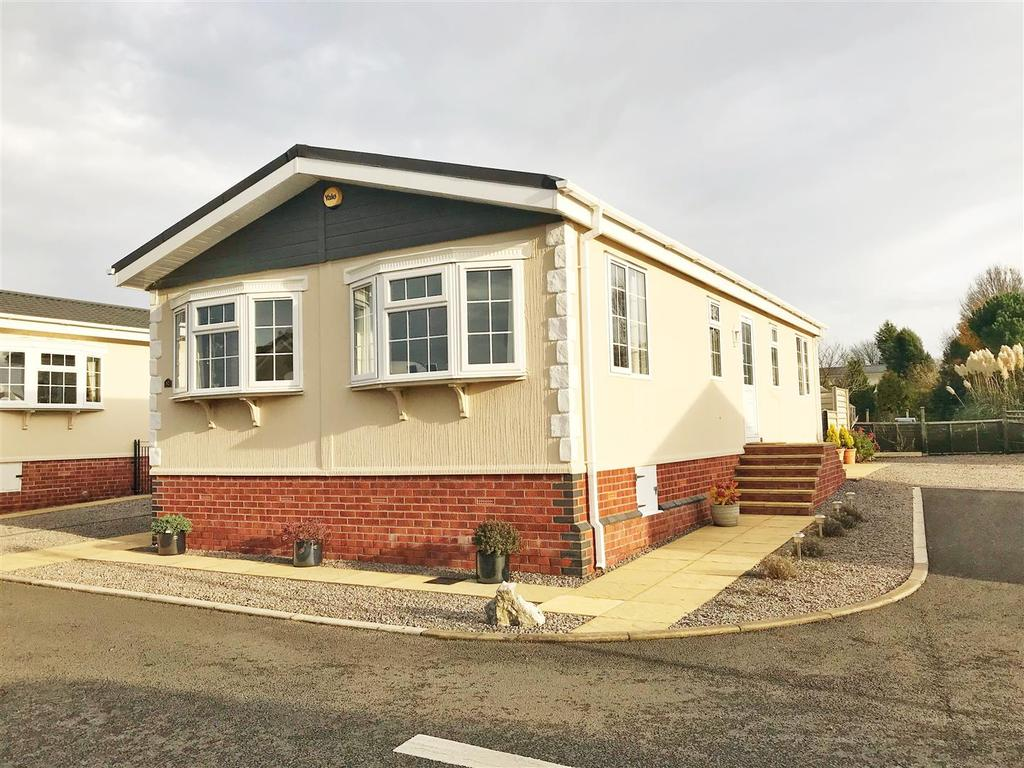 2 Bedrooms Detached Bungalow for sale in Spinney Close, Redlands. Lighthorne, Warwick