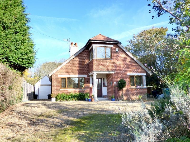 3 Bedrooms Detached House for sale in Gossamer Lane, Aldwick, Bognor Regis PO21