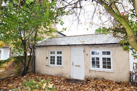2 bedroom bungalow for sale - Uxbridge Road, Hampton Hill, TW12
