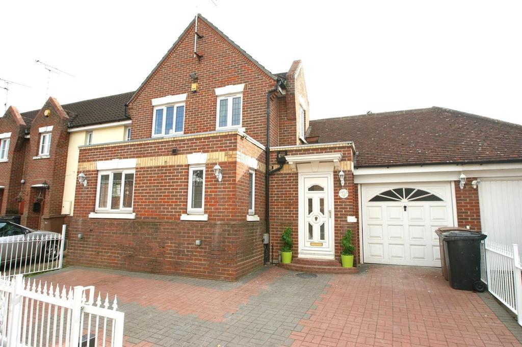 3 Bedrooms Detached House for sale in Stanley Rise, Springfield, Chelmsford, Essex, CM2