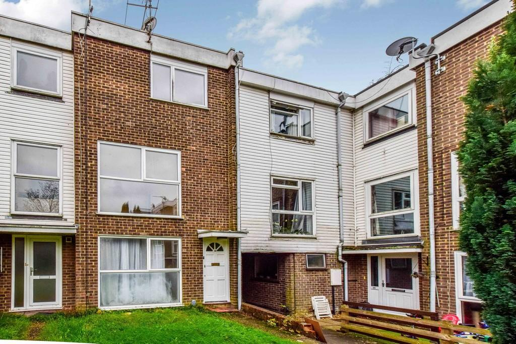 2 Bedrooms Maisonette Flat for sale in Hyde Heath Court, Pound Hill