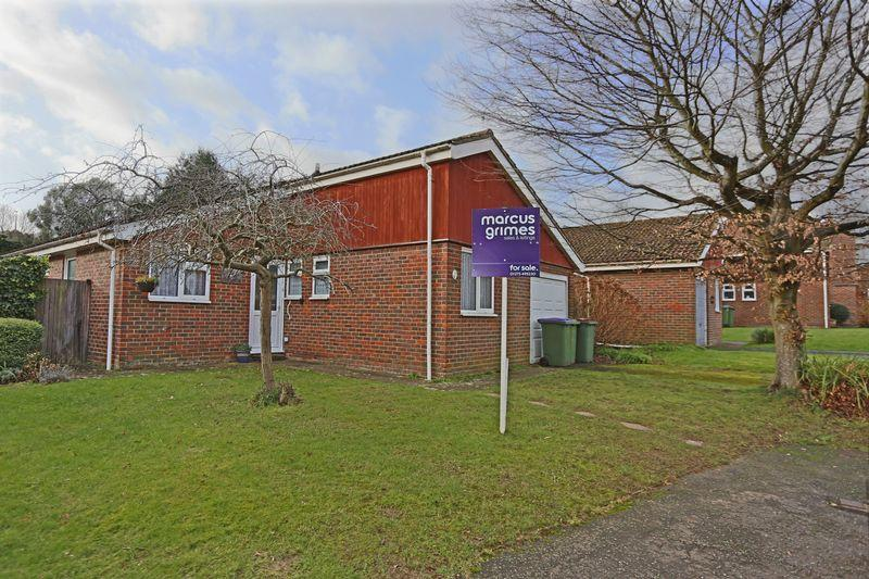 3 Bedrooms Bungalow for sale in Farm Close, Henfield