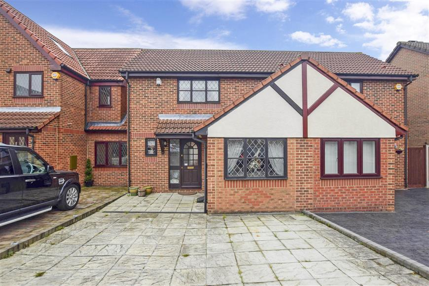 2 Bedrooms Semi Detached House for sale in Exmoor Close, Barkingside, Ilford, Essex
