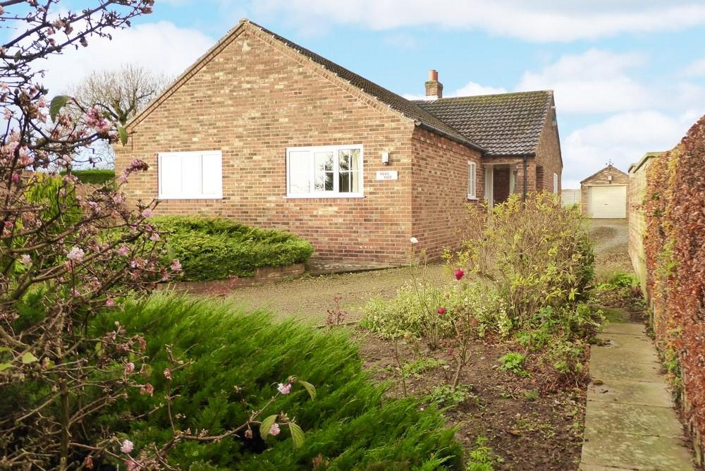 3 Bedrooms Detached Bungalow for sale in Moor View, Nawton Road, Wombleton, YO62 7RJ