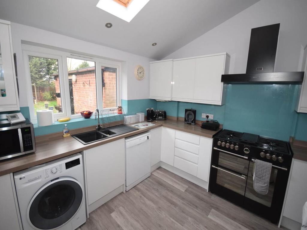 3 Bedrooms Semi Detached House for rent in Bakewell Road, Wigston Fields,