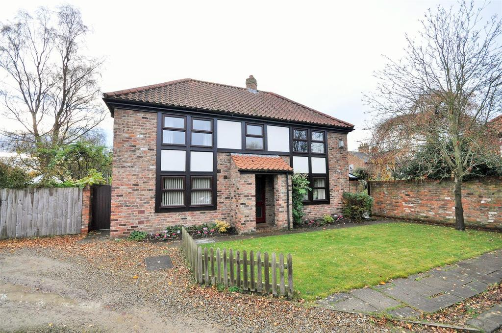 4 Bedrooms Detached House for sale in Manor Court, Upper Poppleton, York