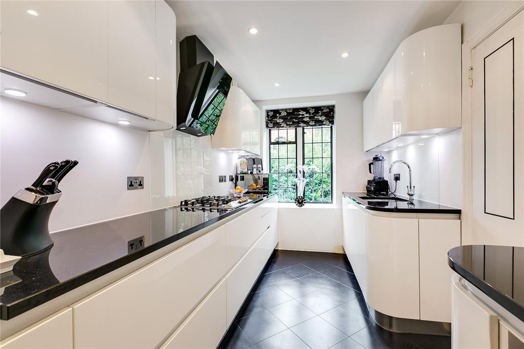 2 Bedrooms Flat for sale in Armstrong House, Manor Fields, London