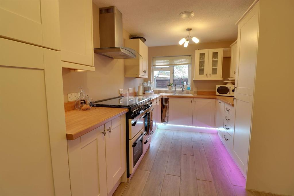 4 Bedrooms Detached House for sale in Forest Road, Whitehill, Bordon,Hants