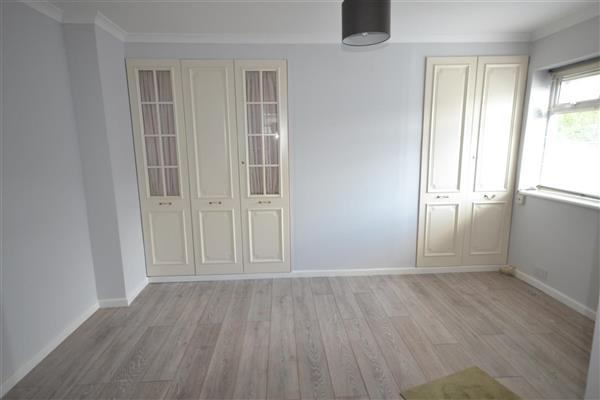 Living Area 13' 9' x 7' 3' (4.20m  x 2.20m)
