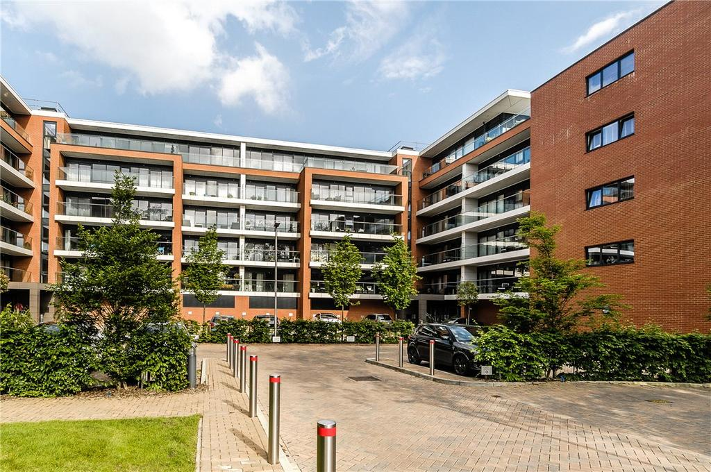 2 Bedrooms Apartment Flat for rent in Carruthers Court, Racecourse Road, Newbury, Berkshire, RG14