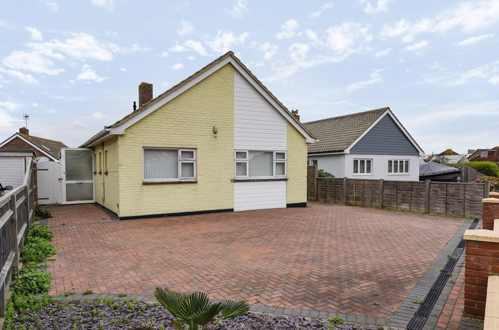 3 Bedrooms Detached Bungalow for sale in Southcote Avenue, West Wittering, PO20
