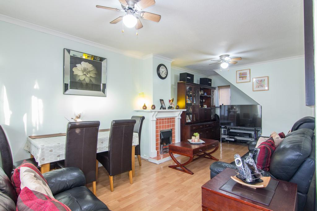 2 Bedrooms House for sale in Farman Grove, Northolt