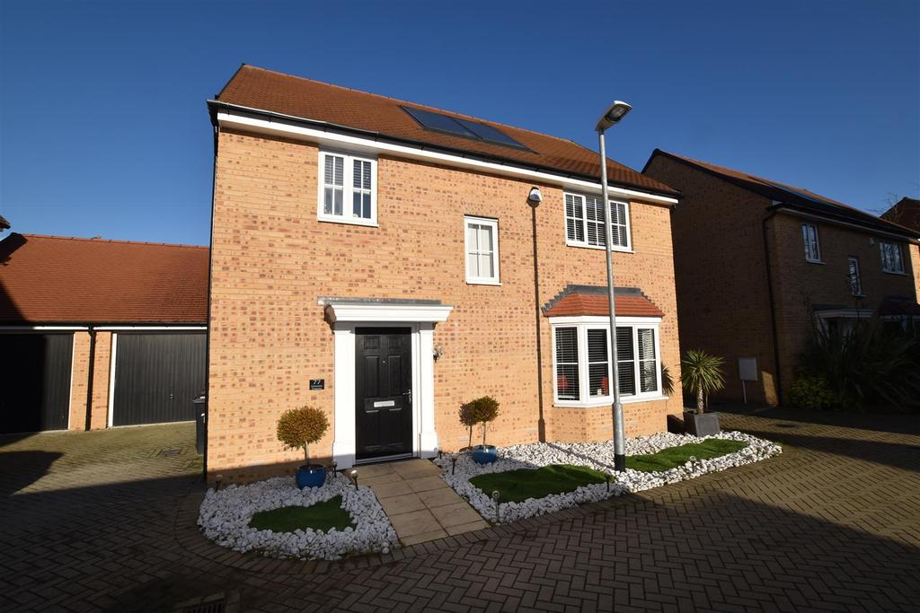 4 Bedrooms Detached House for sale in Claremont Crescent, Rayleigh