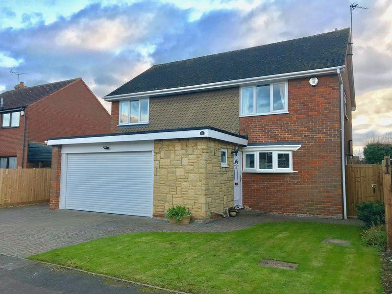 4 Bedrooms Detached House for sale in Jacksons Close, Dunstable