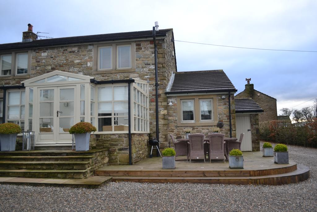 2 Bedrooms Cottage House for sale in Todmorden Road, Briercliffe BB10
