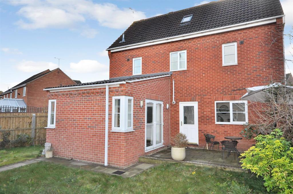 4 Bedrooms Detached House for sale in Stirling Drive, Coddington, Newark