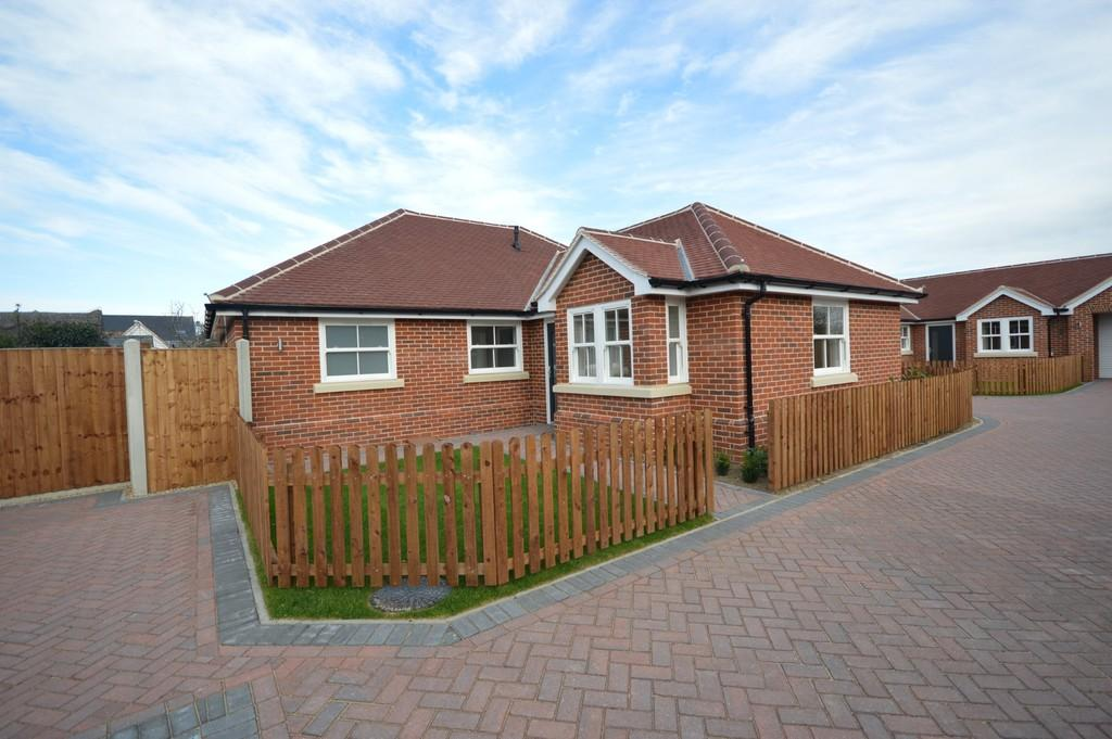 3 Bedrooms Detached Bungalow for sale in Nayland Road, Mile End