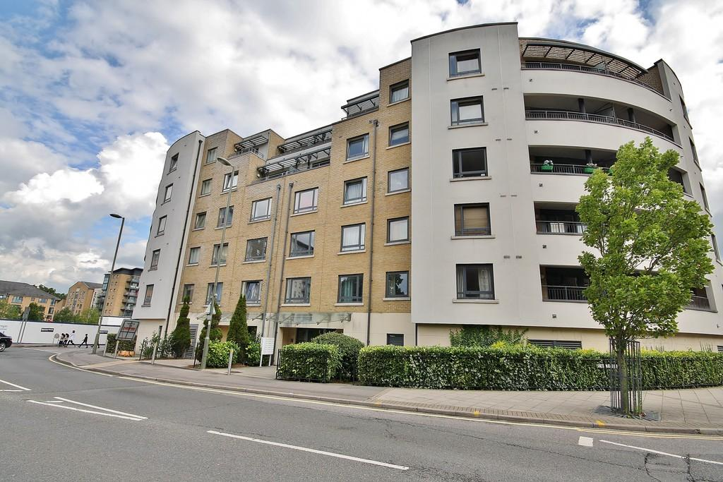 2 Bedrooms Apartment Flat for sale in Chertsey Road, Woking