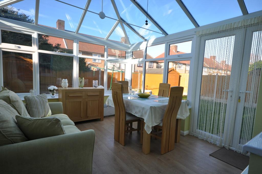 2 Bedrooms End Of Terrace House for sale in Cotesmore Gardens, Dagenham