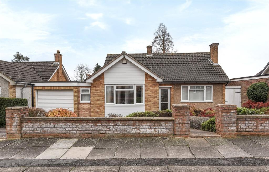 2 Bedrooms Detached Bungalow for sale in Cheriton Way, Rushmere, Northampton, NN1