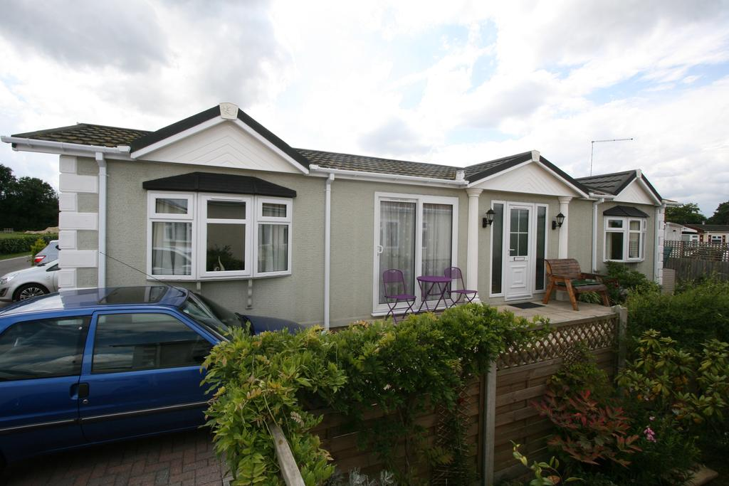 2 Bedrooms Park Home Mobile Home for sale in California Way, Woodlands Park, Biddenden TN27