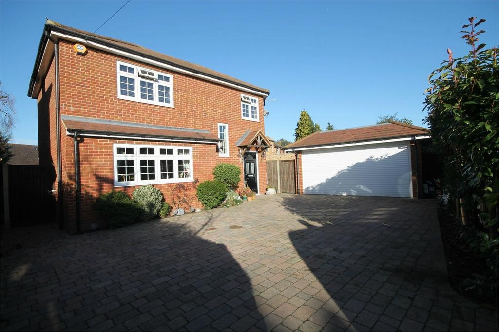 4 Bedrooms Detached House for sale in Echelforde Drive, Ashford, Surrey