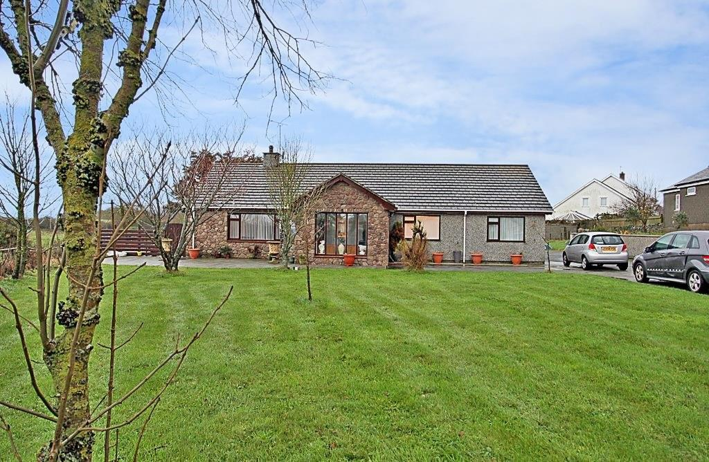 3 Bedrooms Detached Bungalow for sale in Valley, Holyhead, North Wales