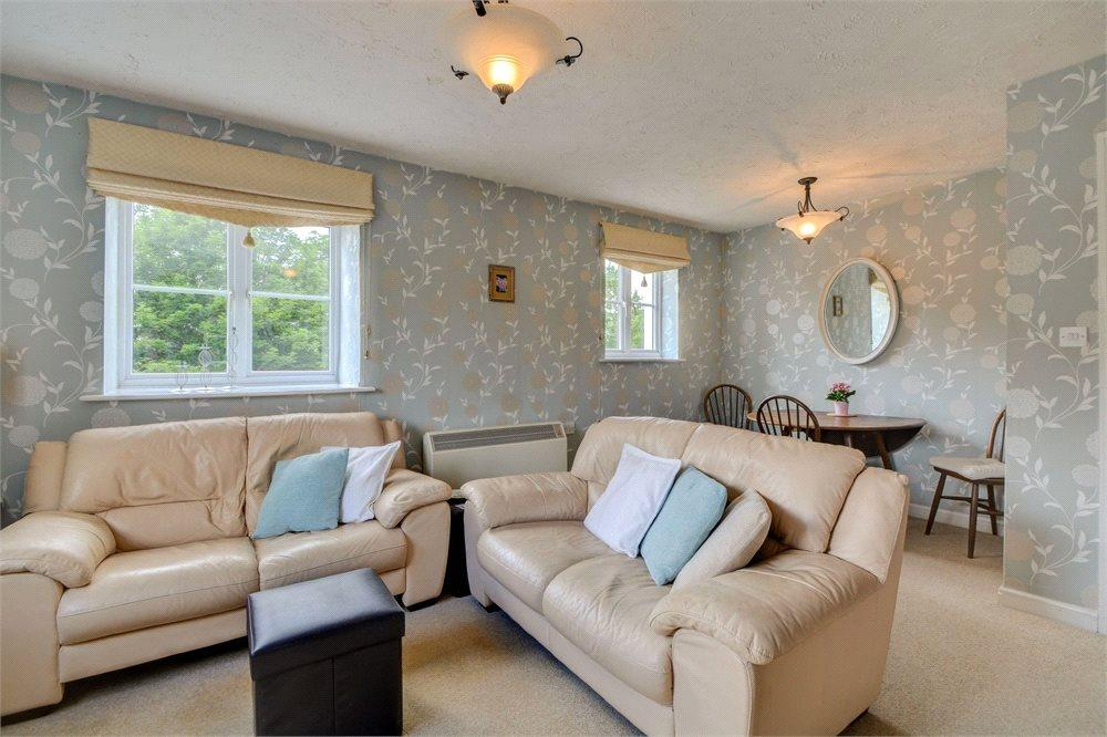 2 Bedrooms Flat for sale in Ottawa Drive, Liphook, Hampshire