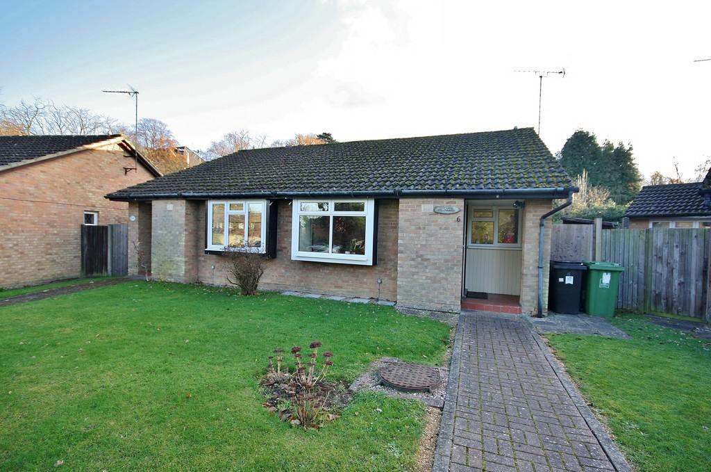 2 Bedrooms Semi Detached Bungalow for sale in St. John's, Woking